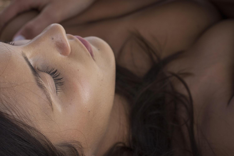 Bella mujer morena durmiendo con los ojos cerrados